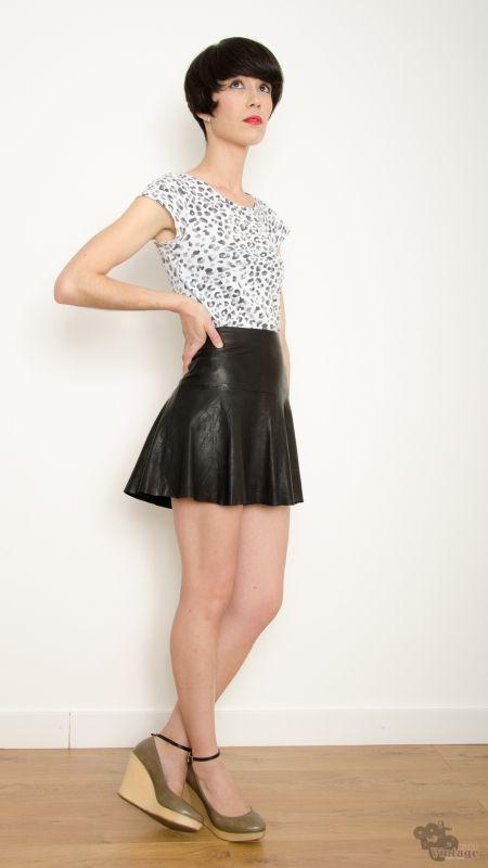 3559576ef9 Falda Mini Vintage 90s Piel Vuelo Negra Talla S - Bichovintage - Tienda  online de ropa vintage y retro
